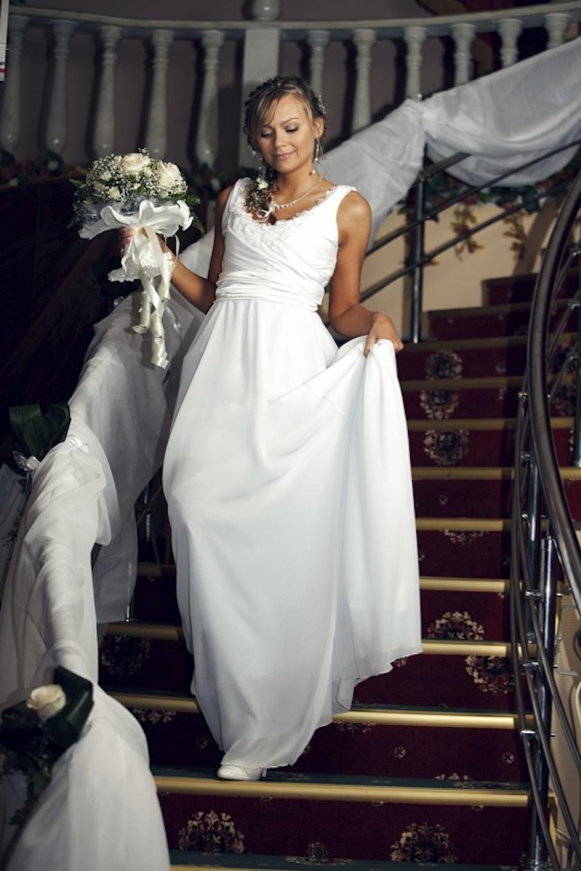 как ходить в свадебном платье