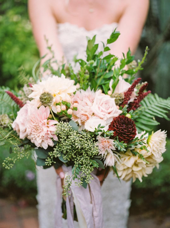 Широкий букет собранный из садовых цветов, горизонтальной формы